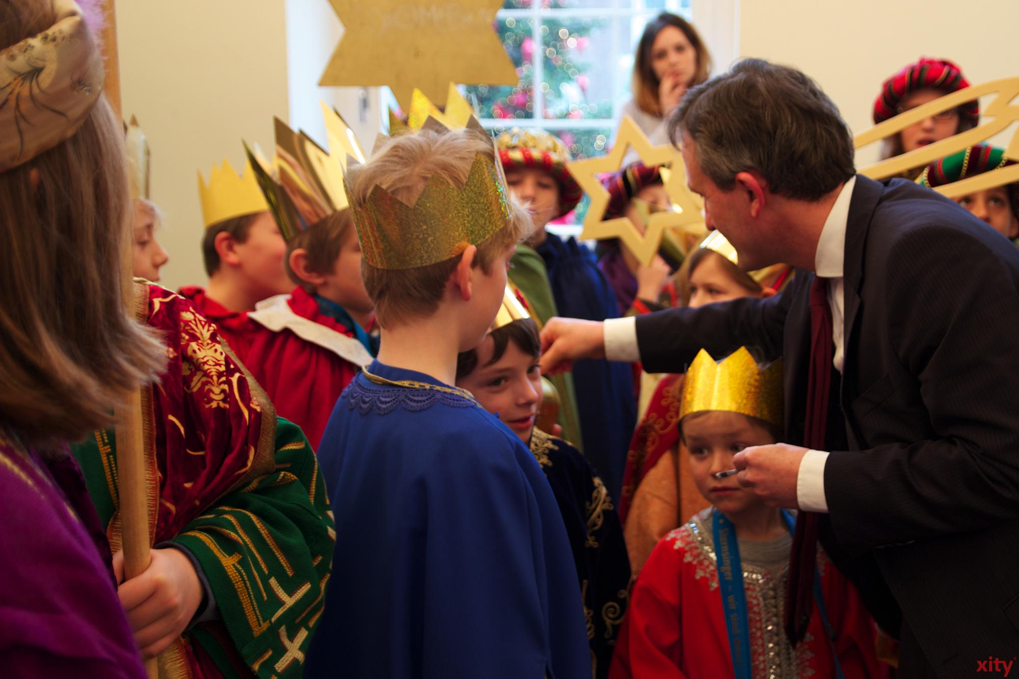 Der Oberbürgermeister, der im Anschluss seinen Obolus in die Sammeldosen steckte, bedankte sich für die Hilfsbereitschaft und das Engagement (Foto: xity)