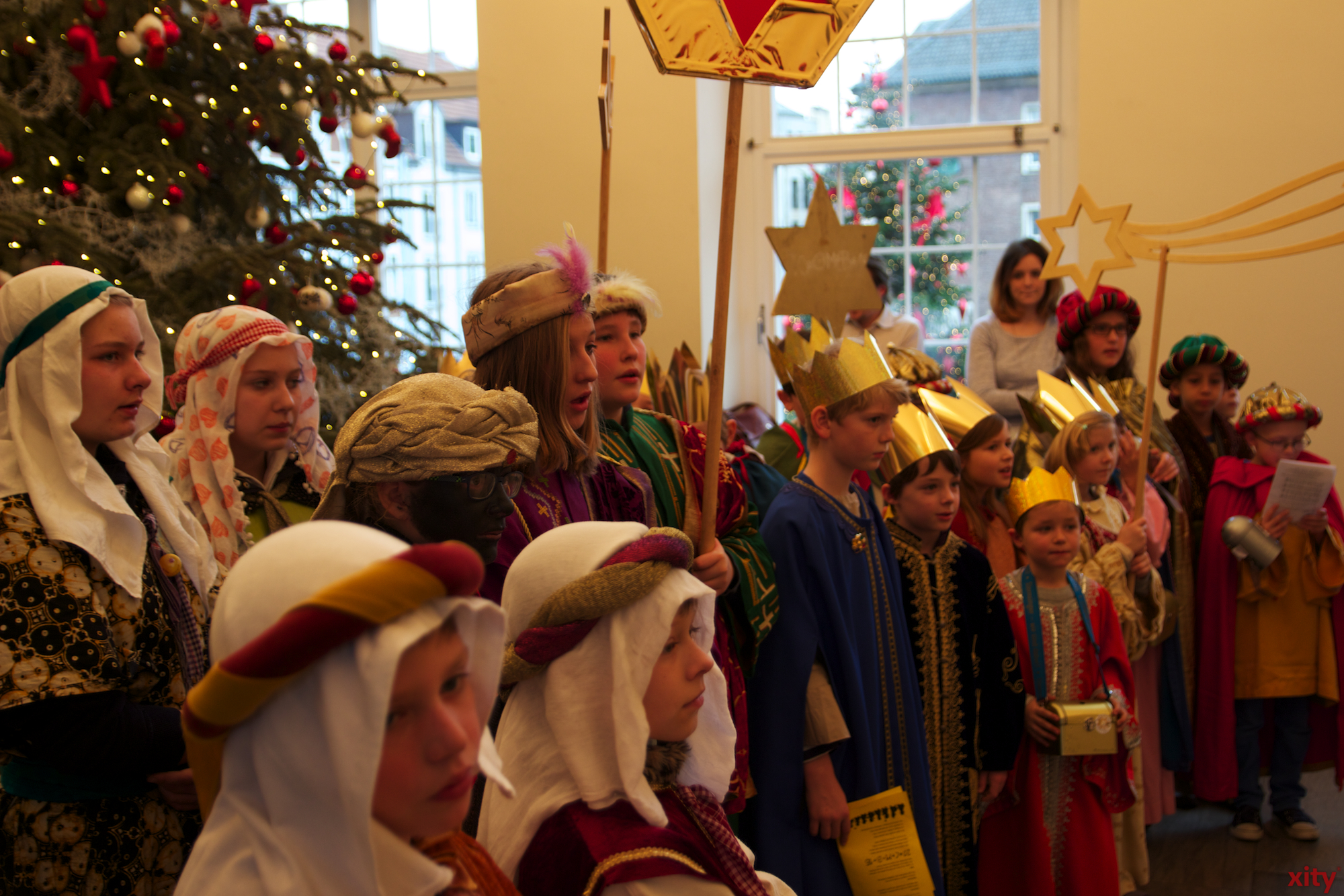 """Die Lieder der Sternsinger """"Wir kommen daher aus dem Morgenland"""" und """"Stern über Bethlehem"""" waren während des Besuchs im Rathaus zu hören (Foto: xity)"""