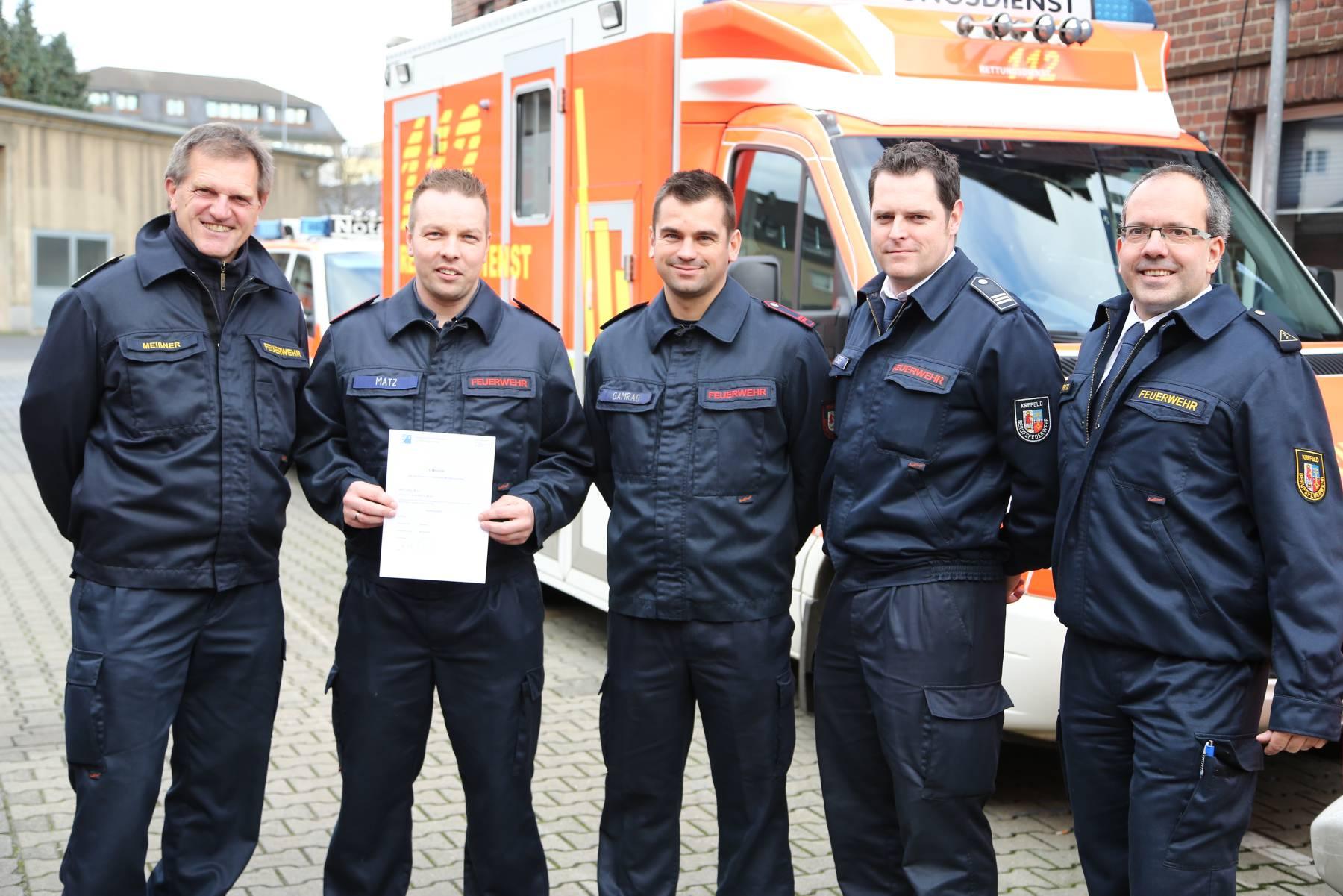 Der Leiter der Feuerwehr Krefeld Dietmar Meißner (links) und der Ärztliche Leiter des Rettungsdienstes der Stadt Krefeld Dr. Andre Wiegratz (rechts) gratulierten bei der Übergabe der ersten Urkunden (Foto: Stadt Krefeld)