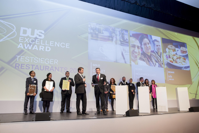"""Flughafengeschäftsführer Thomas Schnalke überreichte den """"DUS Exellence Award"""" (Foto: Düsseldorf Airport)"""