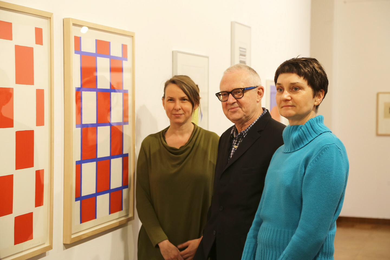 Dr. Magdalena Holzhey, Dr. Martin Hentschel und Dr. Sylvia Martin haben das Jahresprogramm der Kunstmuseen Krefeld im Museum Haus Esters vorgestellt. Foto: Stadt Krefeld, Presse und Kommunikation, L. Strücken