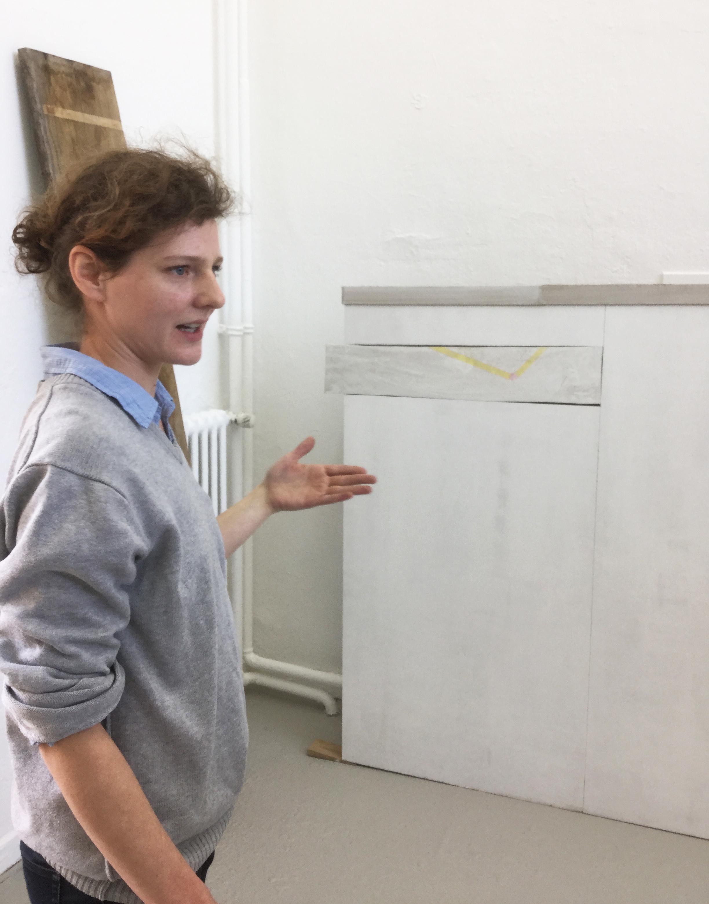 """Ulrike Schulze beim Akademie-Rundgang 2016 vor ihrer Arbeit """"hide and seek"""" (Foto: Georg Landsberg)"""