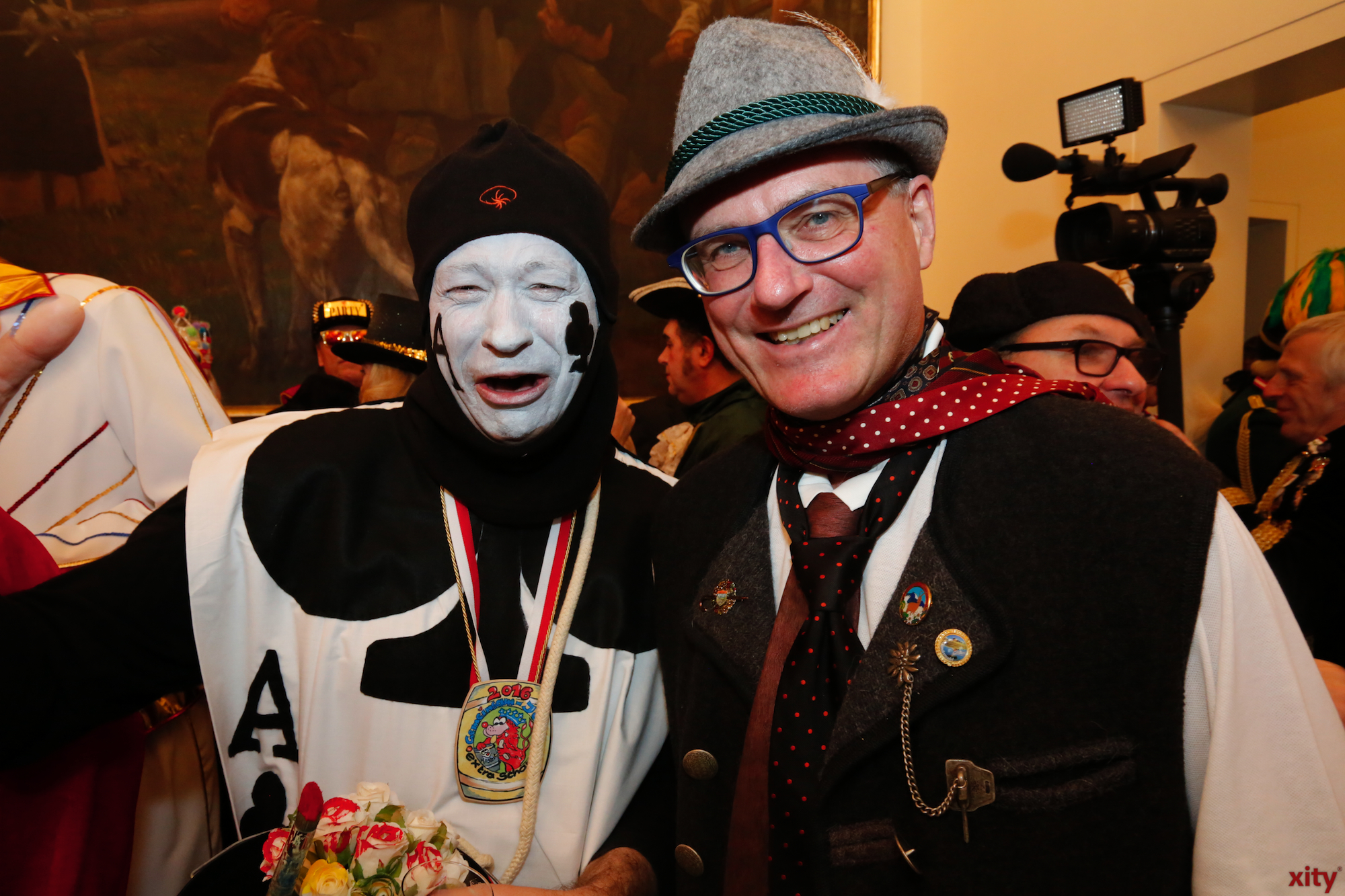 The city director of Düsseldorf came dressed as an ace of spades. (left) (Photo: xity)