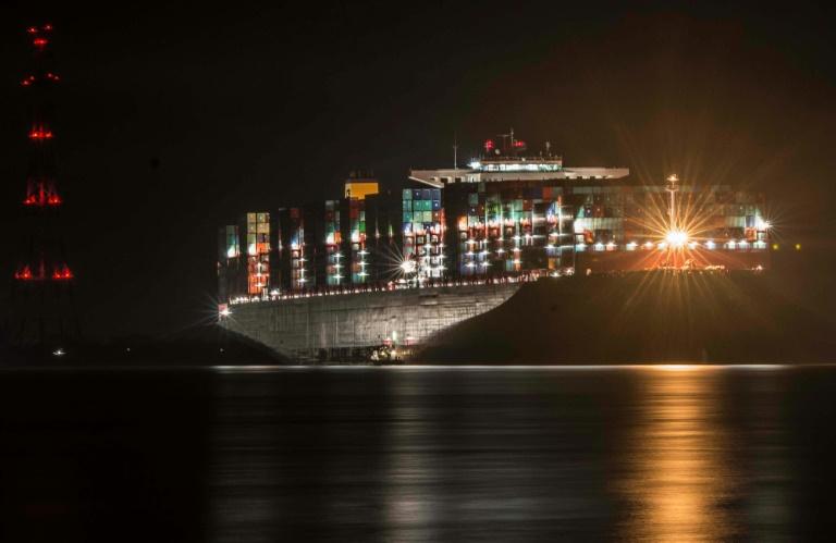 Riesen-Containerschiff steckt weiter in der Elbe fest (© 2016 AFP)