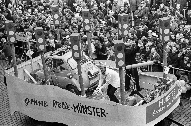 """Dieser Karnevalswagen nahm 1966 """"die grüne Welle"""" aufs Korn (Foto: Stadt Münster / Sammlung Hänscheid)"""