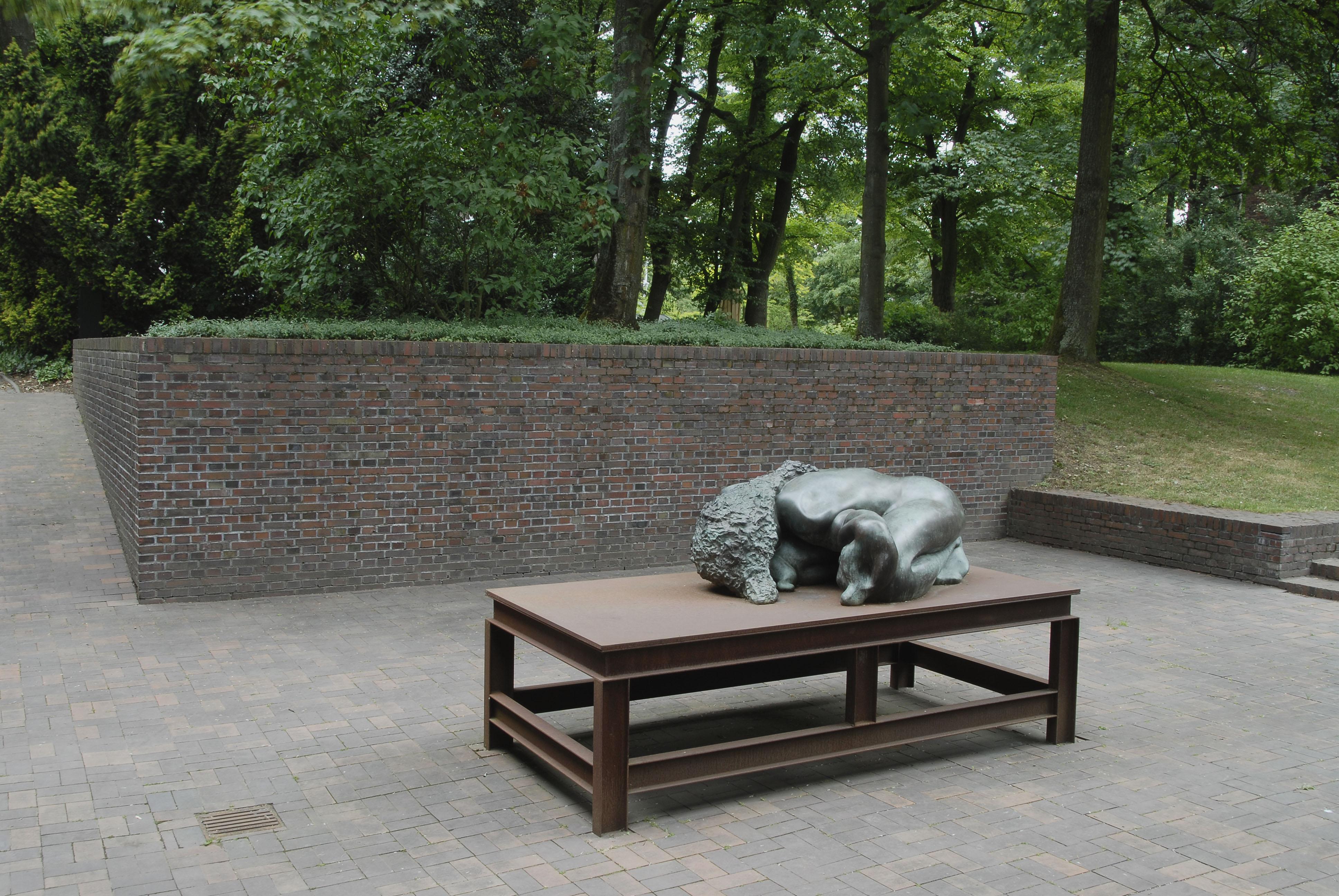 """""""Bronzefrau Nr. II"""" (2000) von Thomas Schütte neben Haus Esters in Krefeld.  Foto: Kunstmuseen Krefeld, Volker Döhne)"""