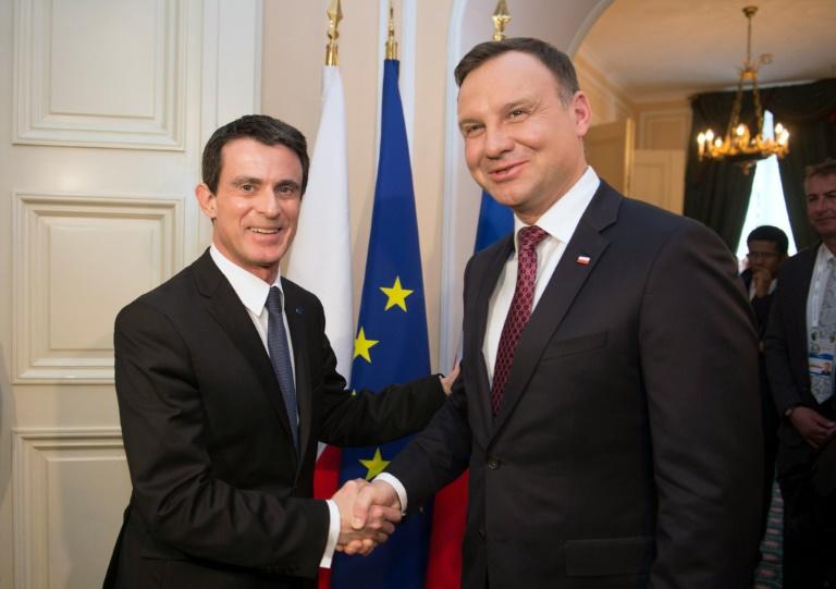 Valls lehnt Kontingente für Verteilung von Flüchtlingen in der EU ab (© 2016 AFP)