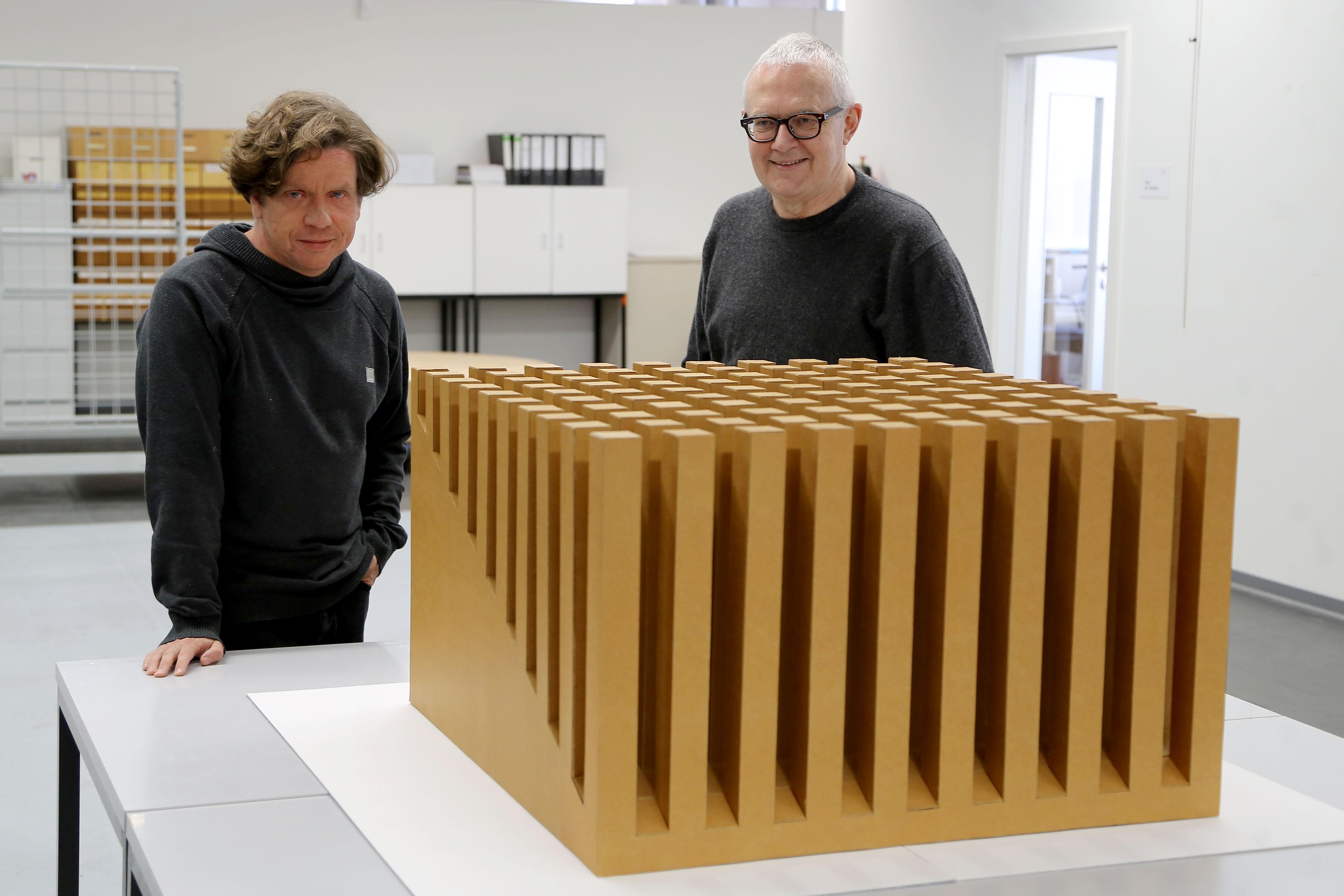 Sebastian Köhler (links) und Dr. Martin Henschel mit der Kartonplastik von Erwin Heerich (Foto: Stadt Krefeld/L. Strücken)