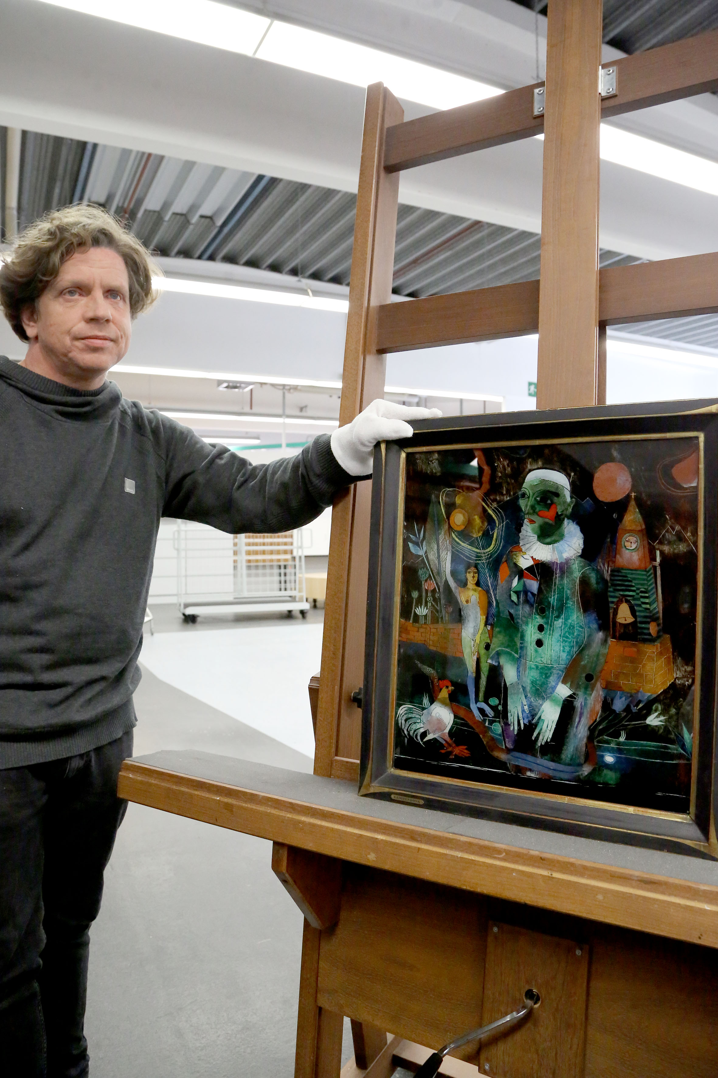 Sebastian Köhler mit dem Hinterglasbild von Heinrich Campendonk (Foto: Stadt Krefeld, Presse und Kommunikation, L. Strücken)