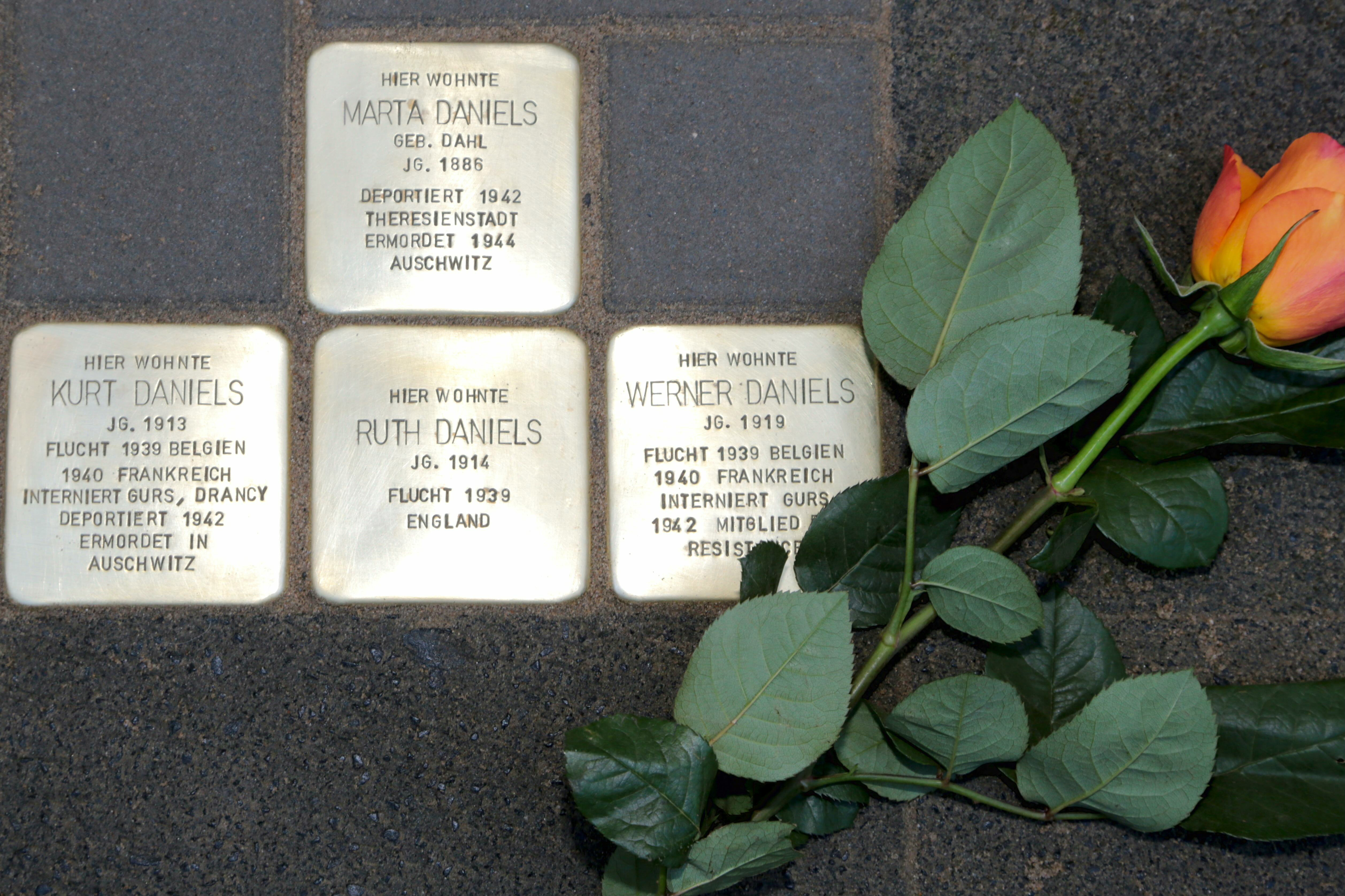 Auch in Uerdingen gibt es jetzt Stolpersteine vor dem Haus Alte Krefelder Straße 39. Fotos: Stadt Krefeld, Presse und Kommunikation, L. Strücken