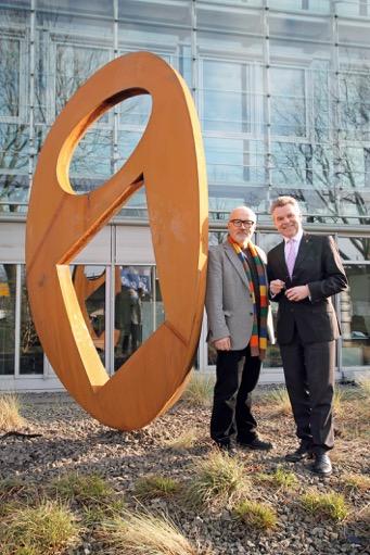 """Skulptur """"Communications"""" mit Ernst Hesse und Wulff Aengevelt (Foto: Aengevelt Immobilien)"""