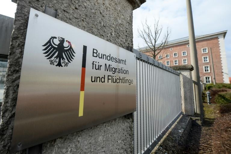 Bericht: Post soll Bundesflüchtlingsamt 300 Asylentscheider schicken (© 2016 AFP)