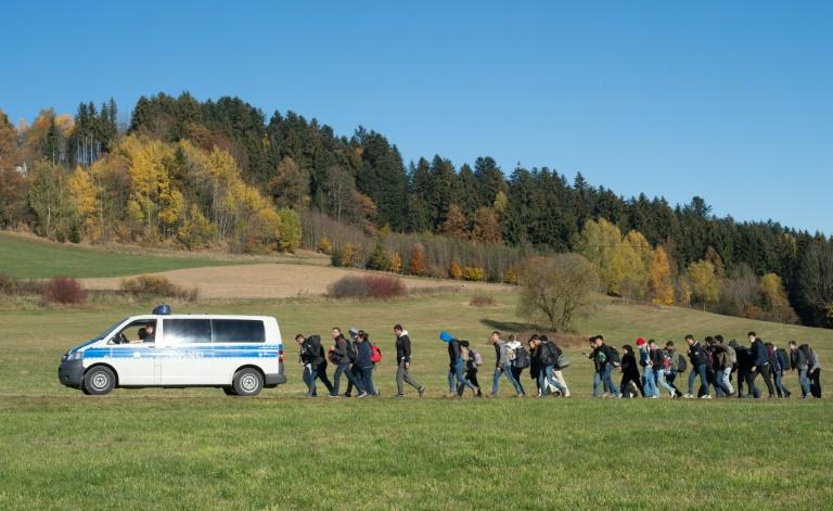 De Maizière droht Österreich mit Konsequenzen in Flüchtlingskrise (© 2016 AFP)