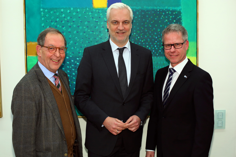 IHK-Präsident Schmidt (l) und IHK-Geschäftsführer Steinmetz (r) begrüßen Duin, Minister für Wirtschaft, Energie, Industrie und Mittelstand in NRW Foto: IHK
