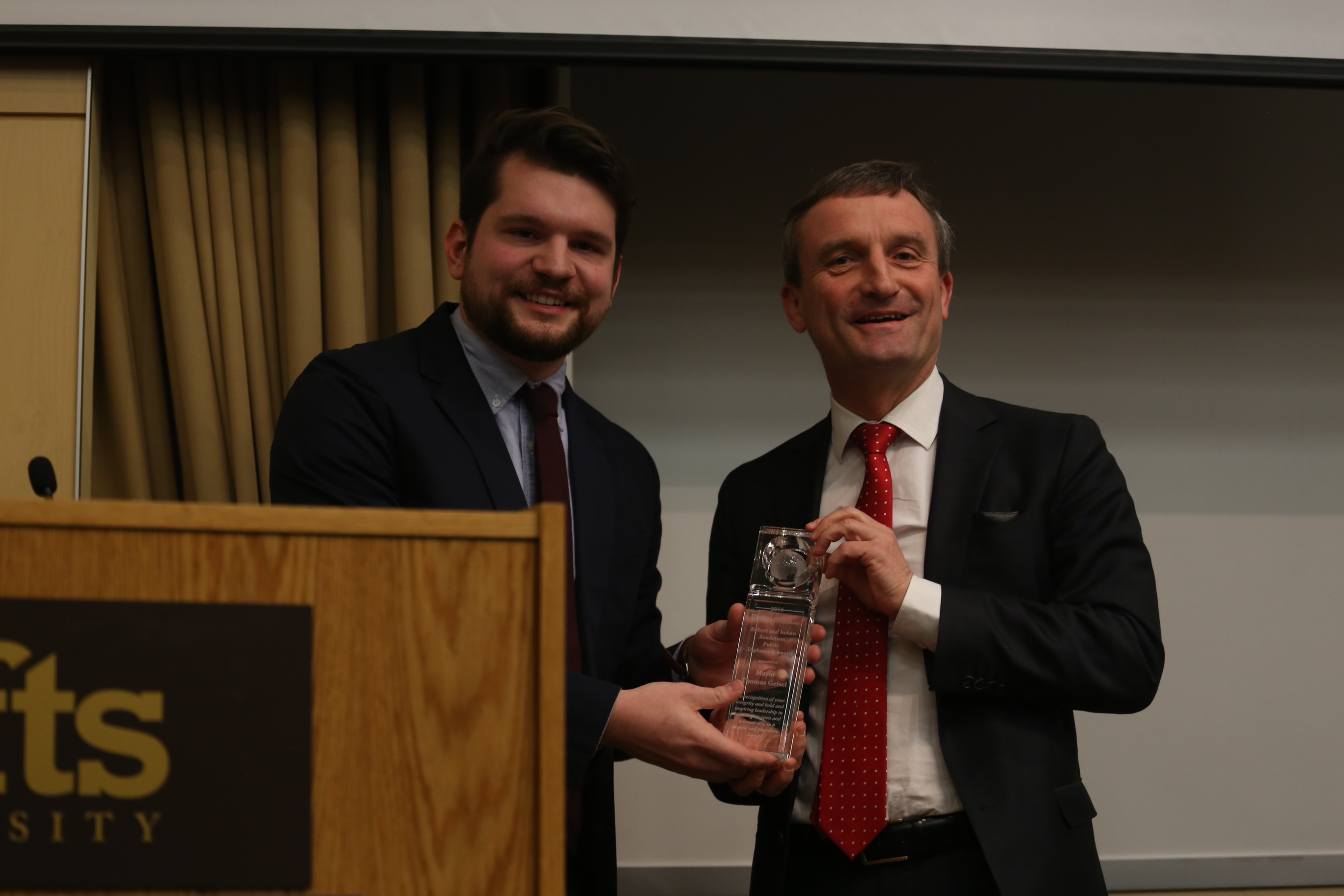 "Oberbürgermeister Thomas Geisel mit dem ""Robert & JoAnn Bendetson Public Diplomacy Award"" ausgezeichnet (Foto: Stadt Düsseldorf)"