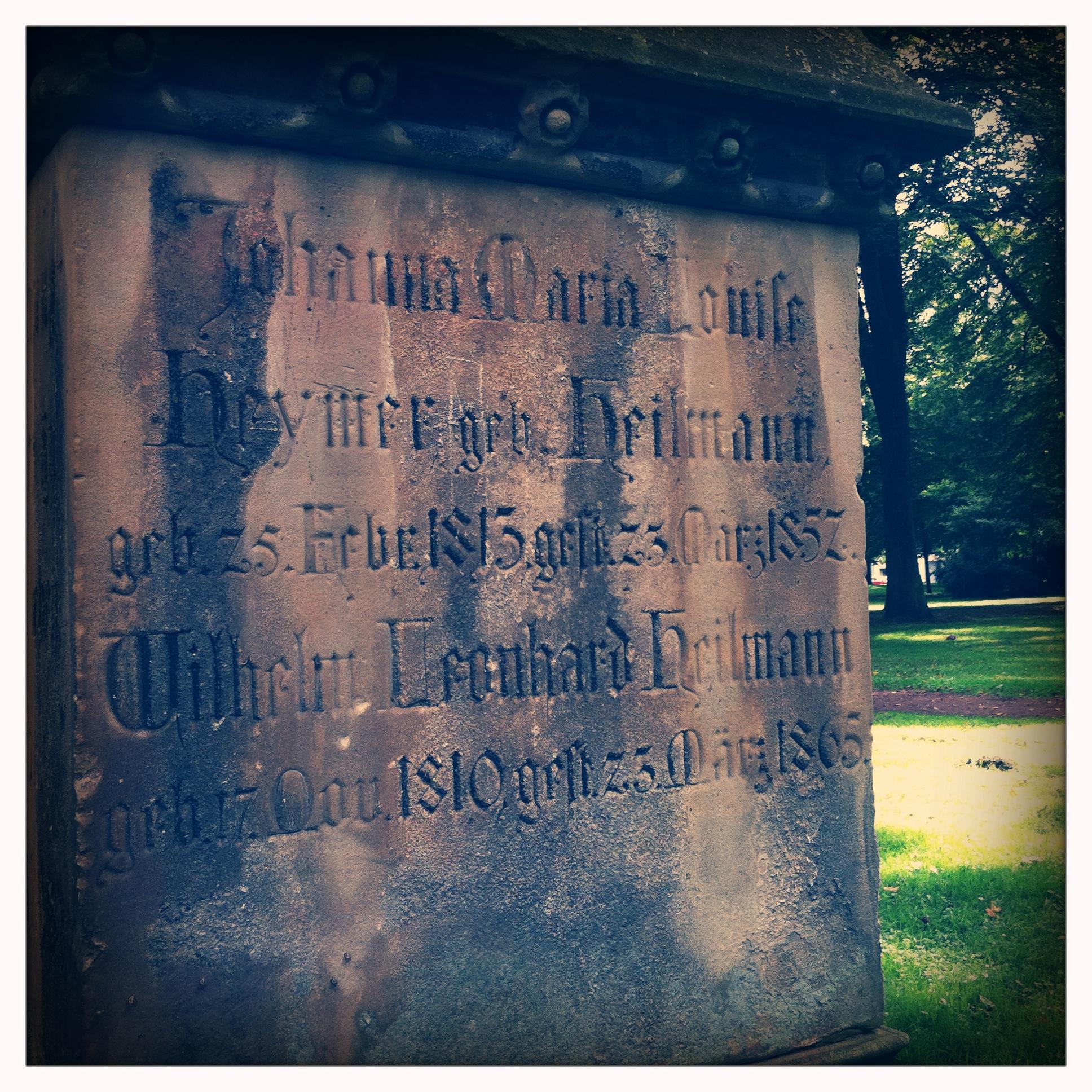 Im Stadtgarten zeugen noch einige Grabsteine von seiner Vergangenheit als Friedhof (Foto: Stadt Krefeld/L. Strücken)