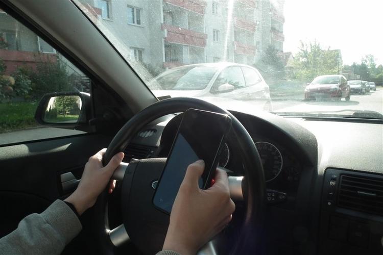 Erhöhte Unfallgefahr durch Smartphone-Nutzung am Steuer (Foto: xity)
