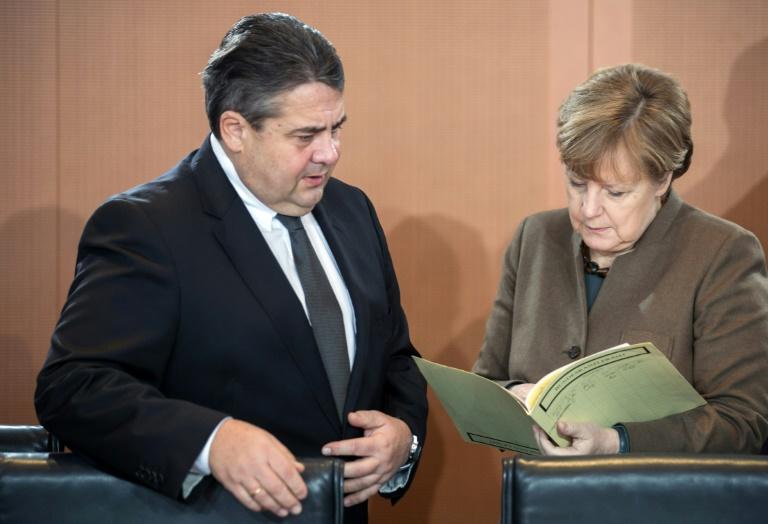 Scharfe Kritik Gabriels an Merkel wegen Ablehnung von Sozialpaket (© 2016 AFP)