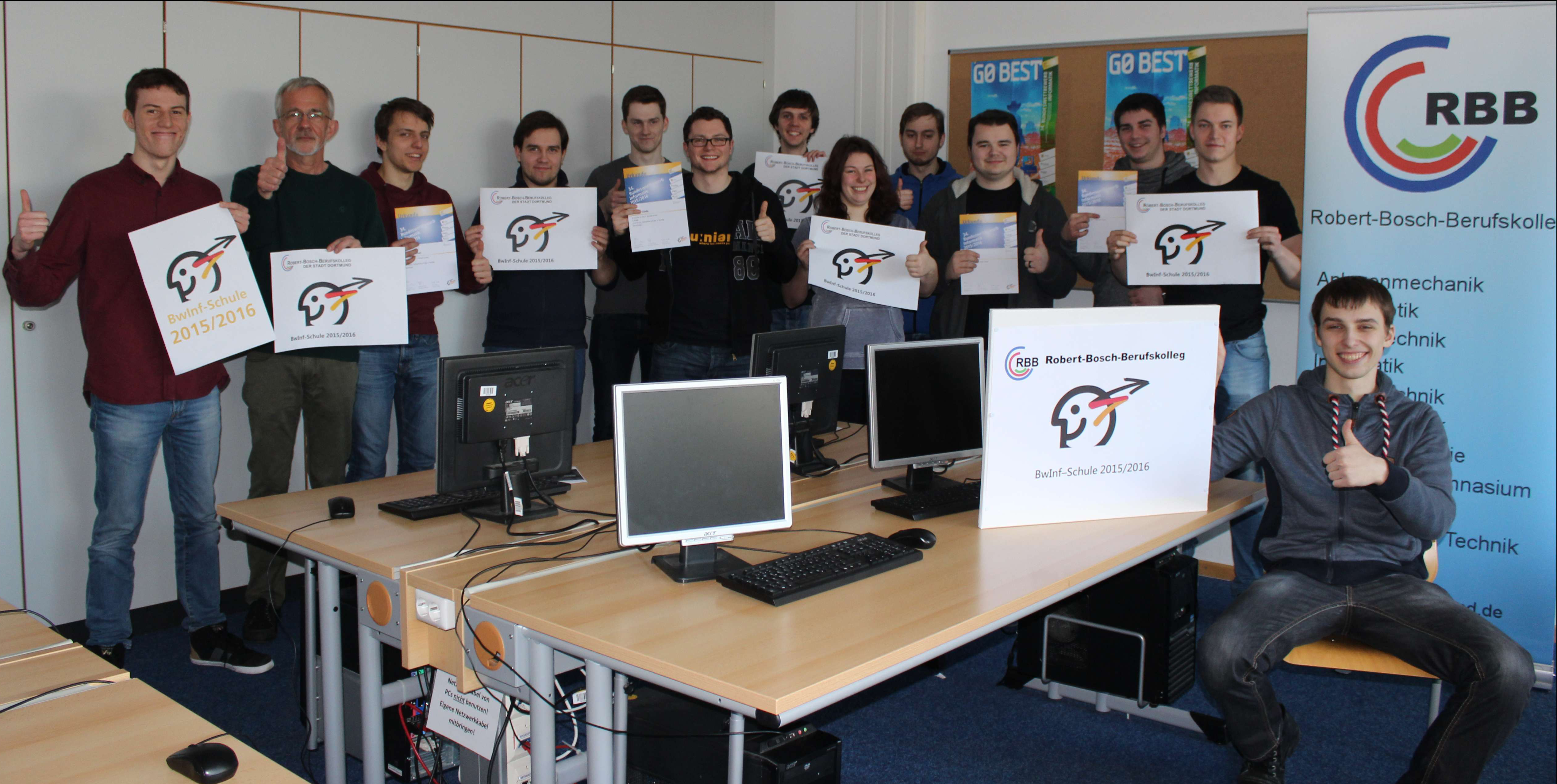 Foto: Lehrer Reiner Cichoski freut sich gemeinsam mit seinen Schülern über das erworbene Qualitätslogo.