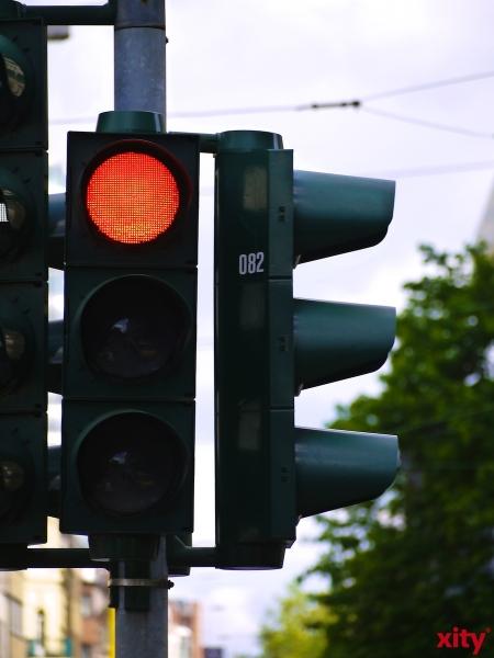 Alle Weckversuche schlugen zunächst fehl, als ein 43-Jähriger in seinem Fahrzeug auf einer großen Kreuzung in der Nähe der Innenstadt einschlief (Foto: xity)