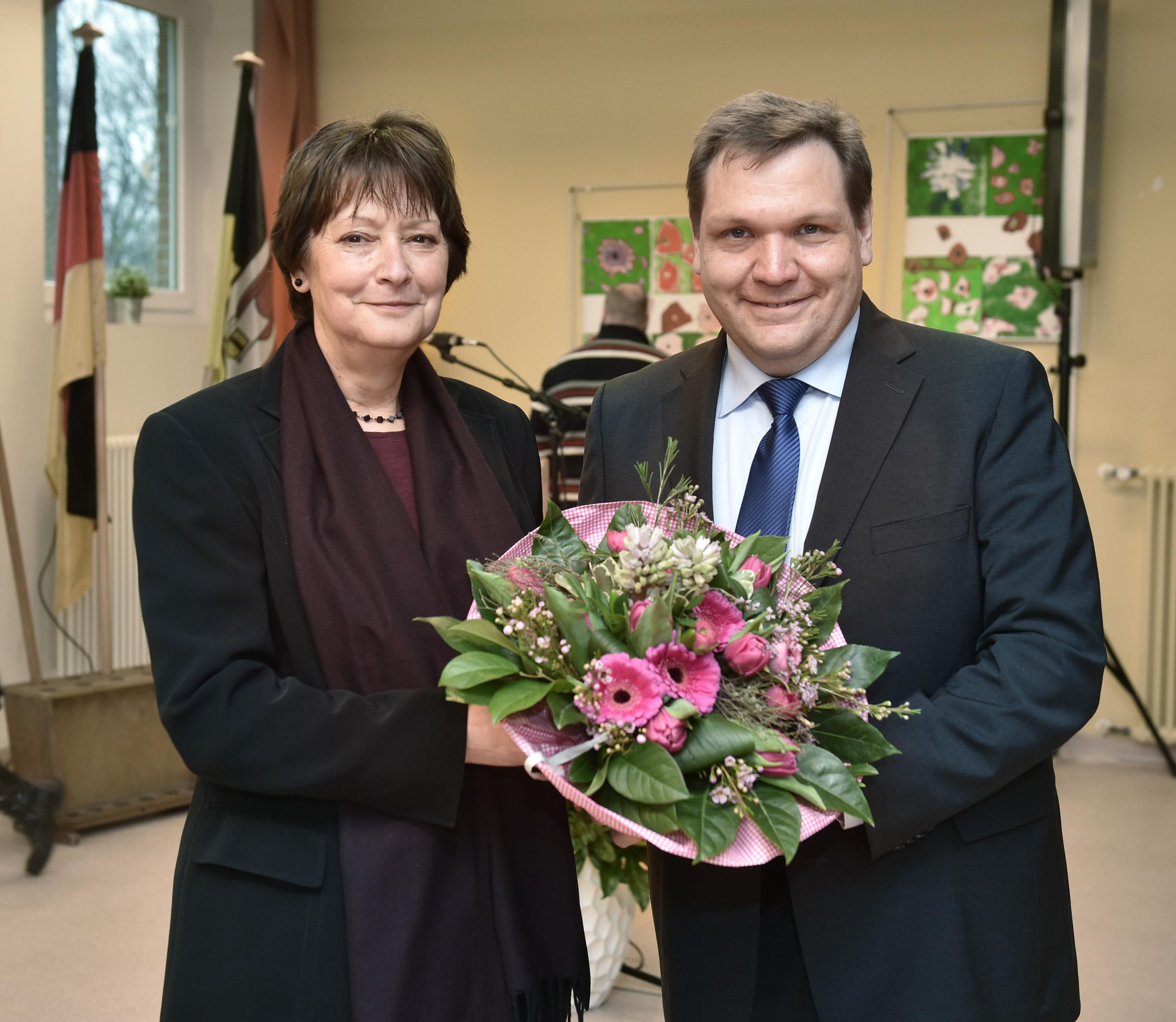 Oberbürgermeister Frank Meyer hat Elisabeth Völlings in ihr Amt als Schulleiterin der  Friedrich-von-Bodelschwingh-Schule eingeführt (Foto: Stadt Krefeld)