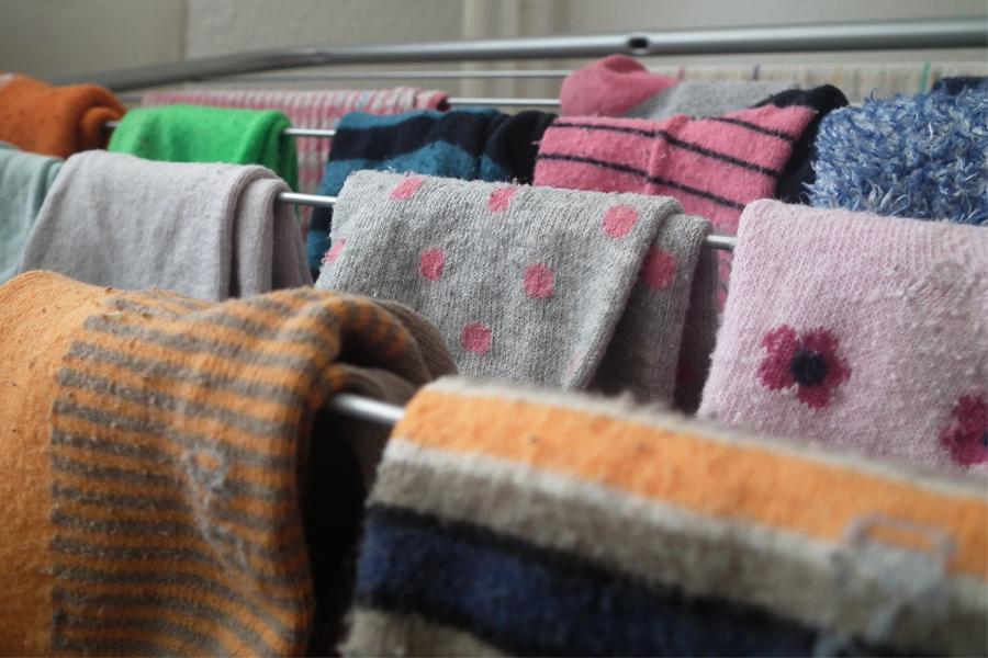 Frisch gewaschene Kleidung auf dem Wäscheständer in der Wohnung: Das ist vielen Vermietern ein Dorn im Auge (Foto: xity)