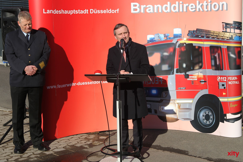 Feuerwehrchef Peter Albers (l.) erhielt das Feuerwehrehrenkreuz in Silber der Berufsfeuerwehr (Foto: xity)