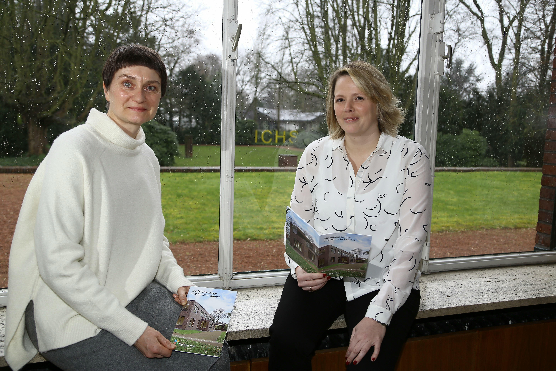 Autorin Dr. Birgit Hammers (rechts) und die stellvertretende Leiterin der Krefelder  Kunstmuseen, Dr. Sylvia Martin (Foto: Stadt Krefeld, L. Strücken)