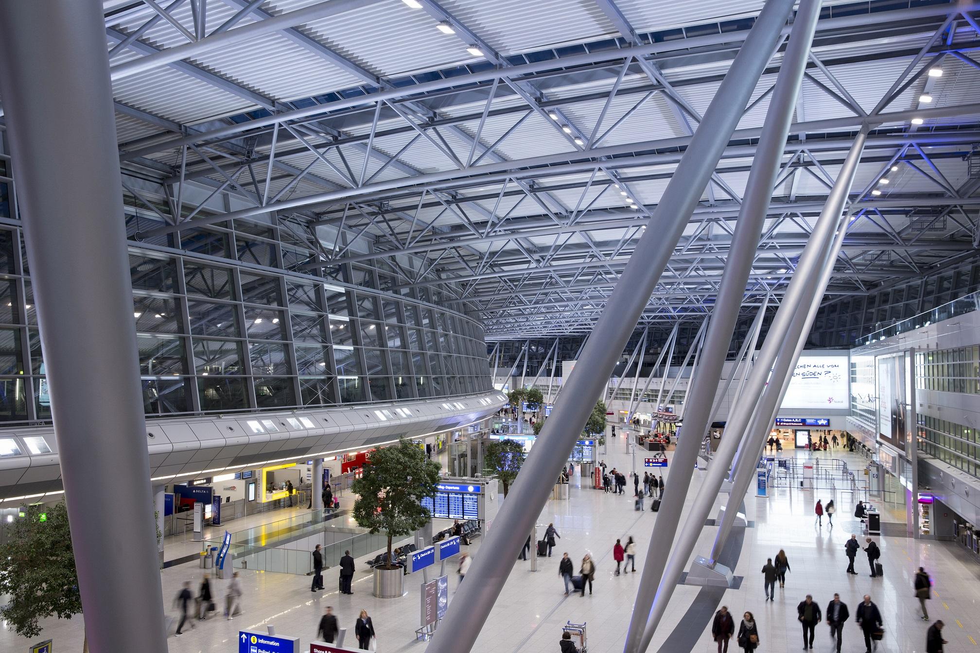 In der Abflughalle des Düsseldorfer Airports gehen ab sofort die LED-Lampen an (Foto: Düsseldorf Airport)