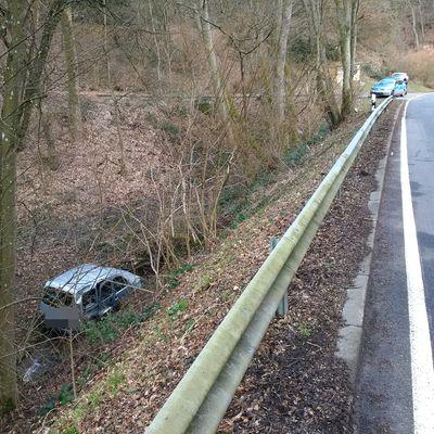 Auto stürzt Böschung hinunter (Foto: OTS)