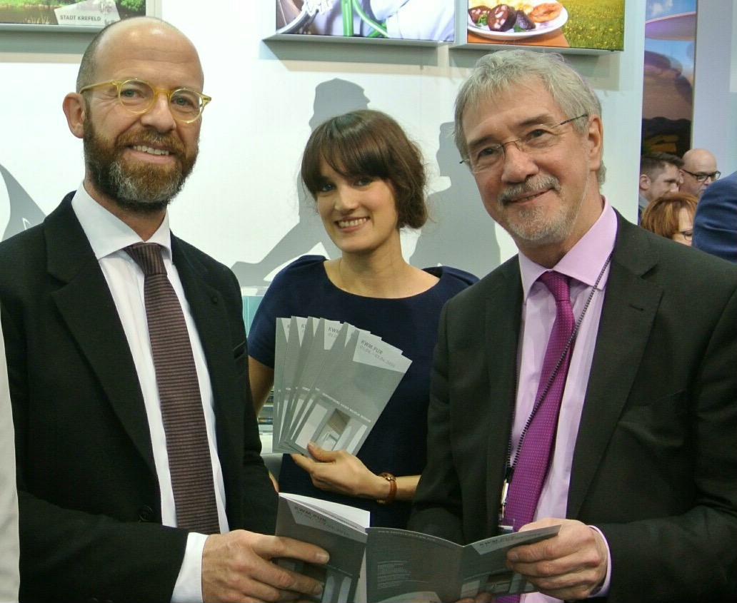 NRW-Wirtschaftsstaatssekretär Günther Horzetzky (rechts) am Krefeld-Counter auf der ITB (Foto: Stadt Krefeld)