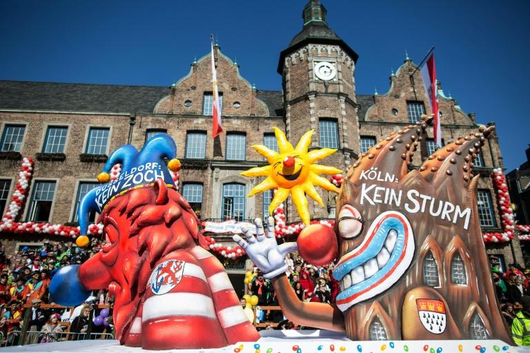 Düsseldorfer Narren holen Rosenmontagszug nach (© 2016 AFP)