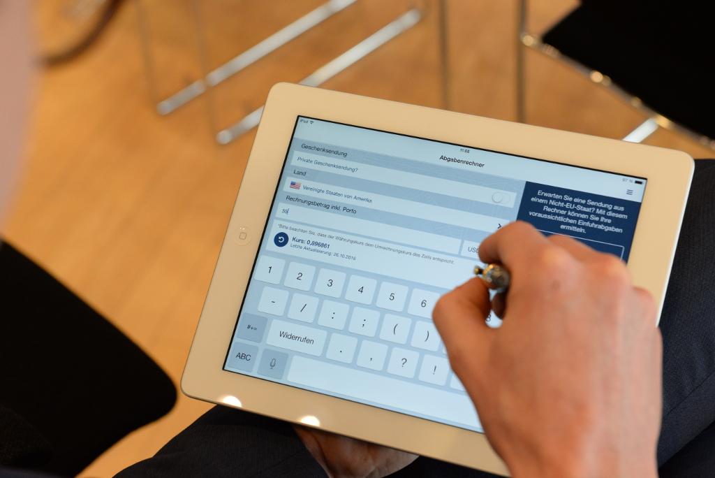 """Mit dem Abgabenrechner der neuen App """"Zoll und Post"""" können die voraussichtlichen Einfuhrabgaben berechnet werden (Foto: Hauptzollamt Düsseldorf)"""