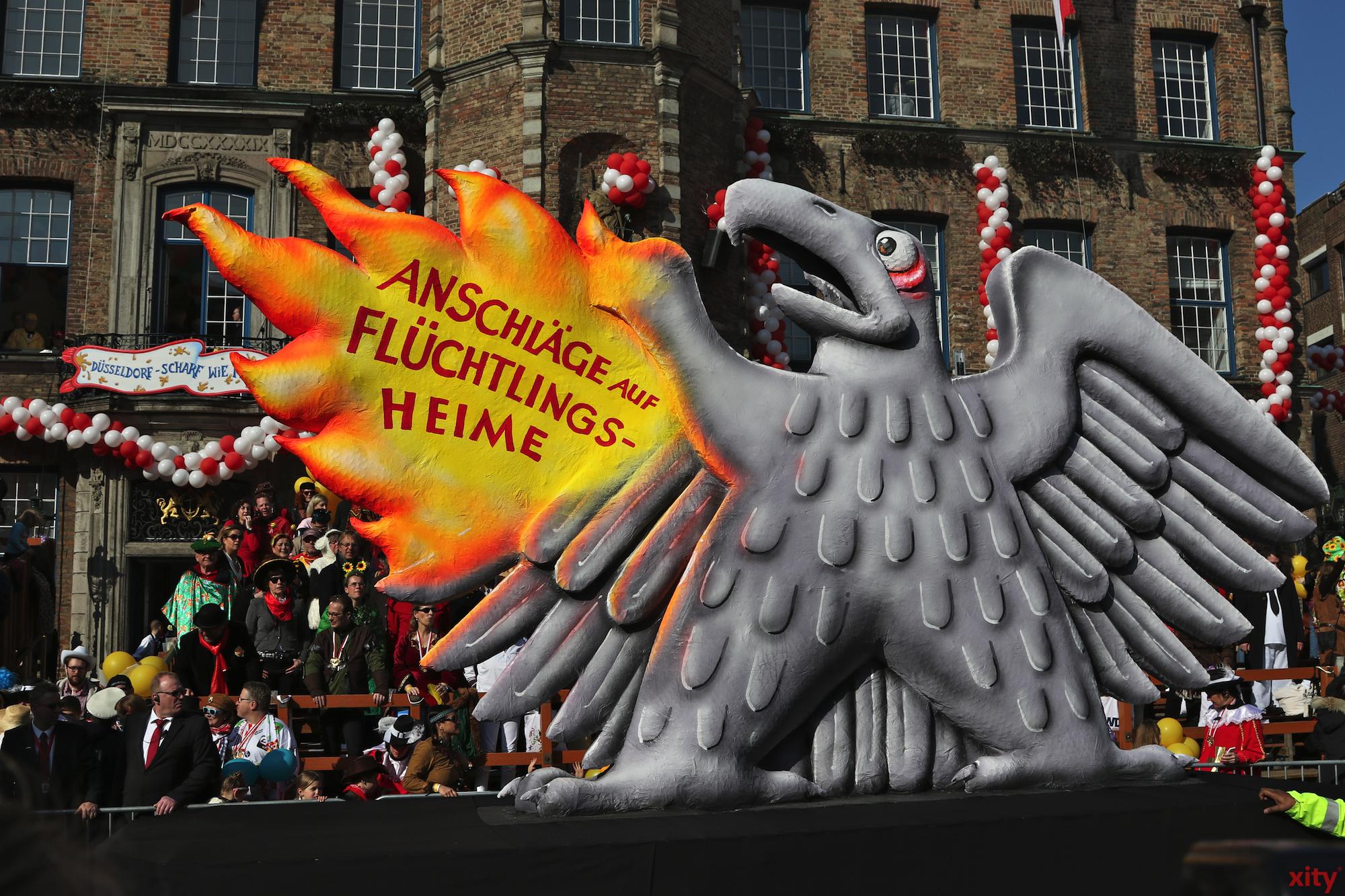 Dieser Mottowagen zeigt, dass die Anschläge auf Flüchtlinge vor allem Deutschland selbst schaden (Foto: xity)