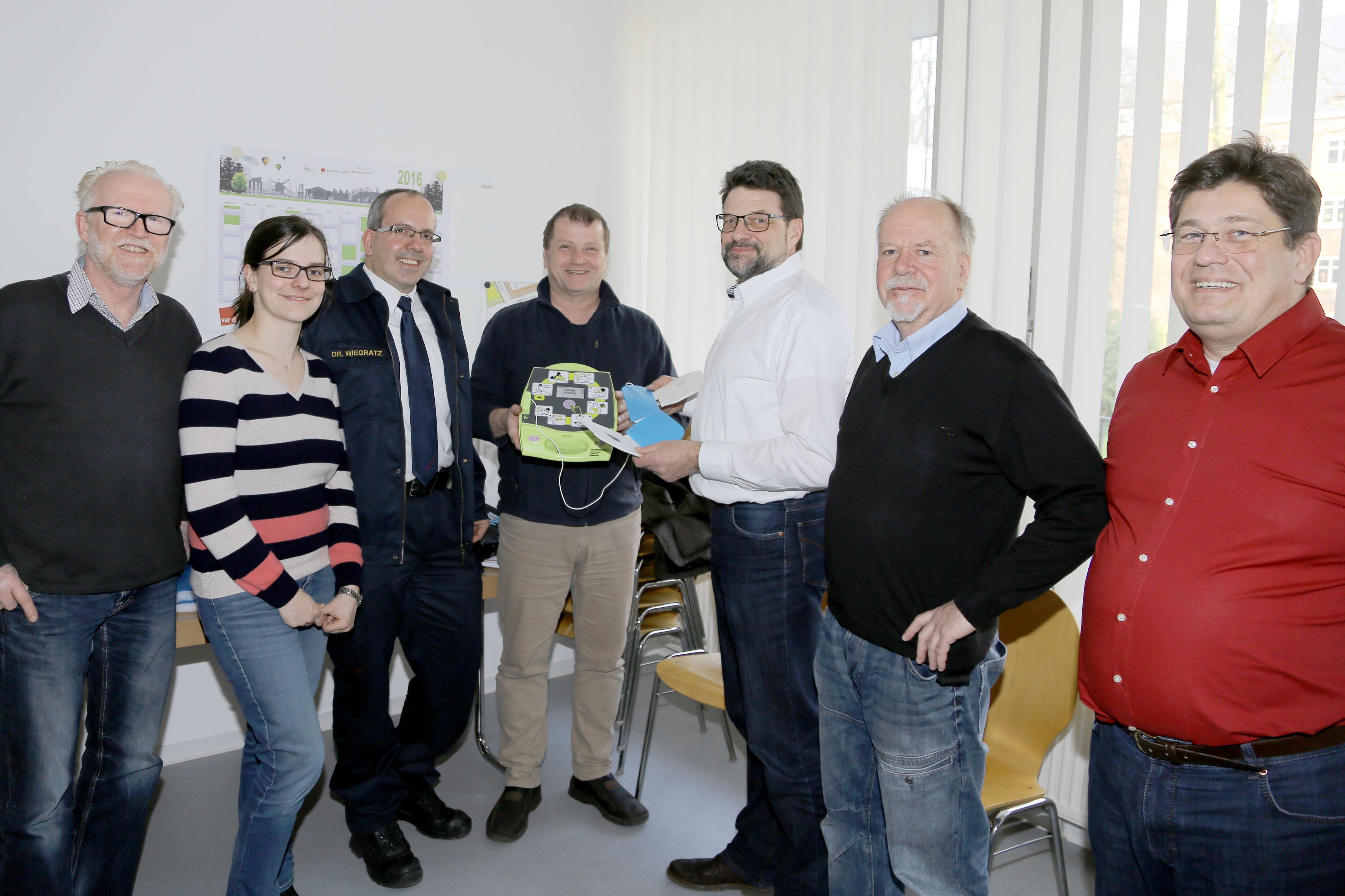 Neuer Defibrillator im Tiefbauamt in Betrieb genommen (Foto: Stadt Krefeld, L. Strücken)