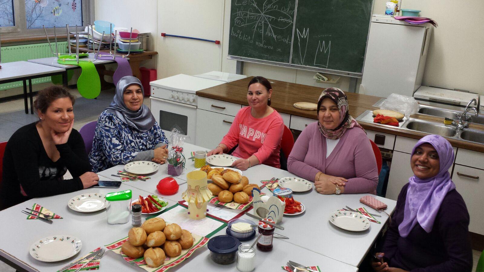 Die Rucksack-Gruppe der Regenbogenschule hat gemeinsam ein deutsches Frühstück  vorbereitet und lernt dazu die passenden Vokabeln (Foto: Stadt Krefeld, Kommunales Integrationszentrum)