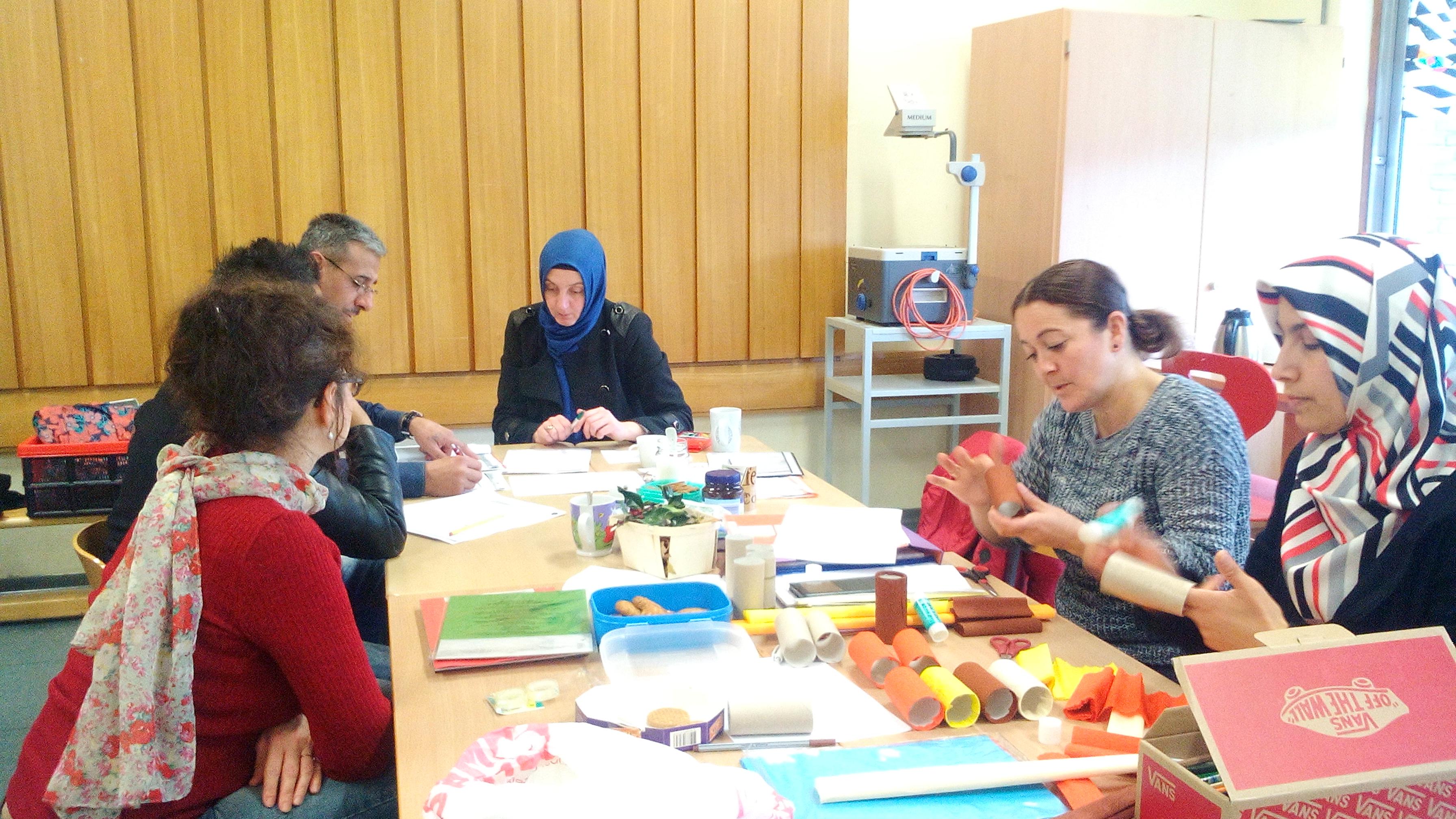 Die Rucksack-Gruppe der Schönwasserschule bastelt Spielmaterial für Sprachübungen (Foto: Stadt Krefeld, Kommunales Integrationszentrum)