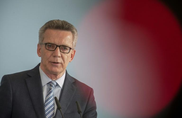 De Maizière verbietet Neonaziverein (© 2016 AFP)