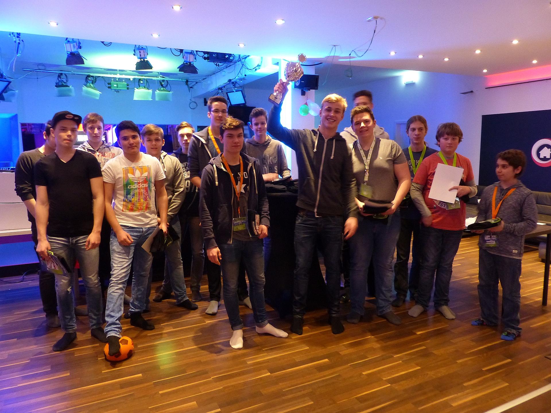 Siegerehrung des FiFa-School-Battle 2016: Gewinner wurde das Team MonTOREssori um Kapitän Lukas Zöller (Foto: Foto: Mediothek, Martin Kramer)