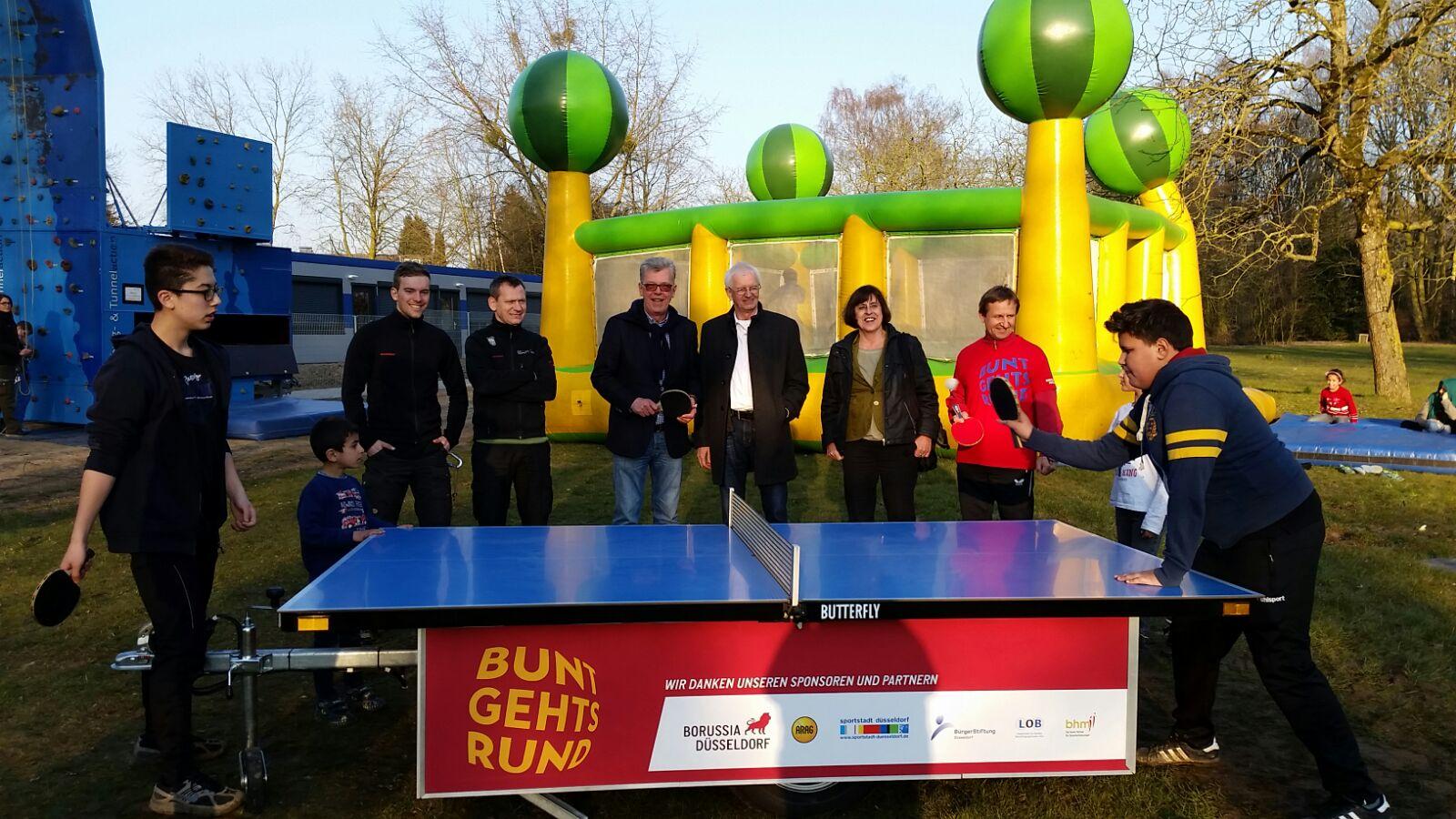 Flüchtlinge (vorne), Artur Zielinski (Stadtsportbund, hinten, 2.v.l.), Peter Schwabe, Günter Karen-Jungen, Dr. Maria Icking, Wieland Speer (Foto: Borussia Düsseldorf)