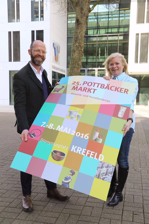 Uli Cloos, Fachbereichsleiter Marketing und Stadtentwicklung,  und Verena Schäfer vom Stadtmarketing (Foto: Stadt Krefeld, L. Strücken)