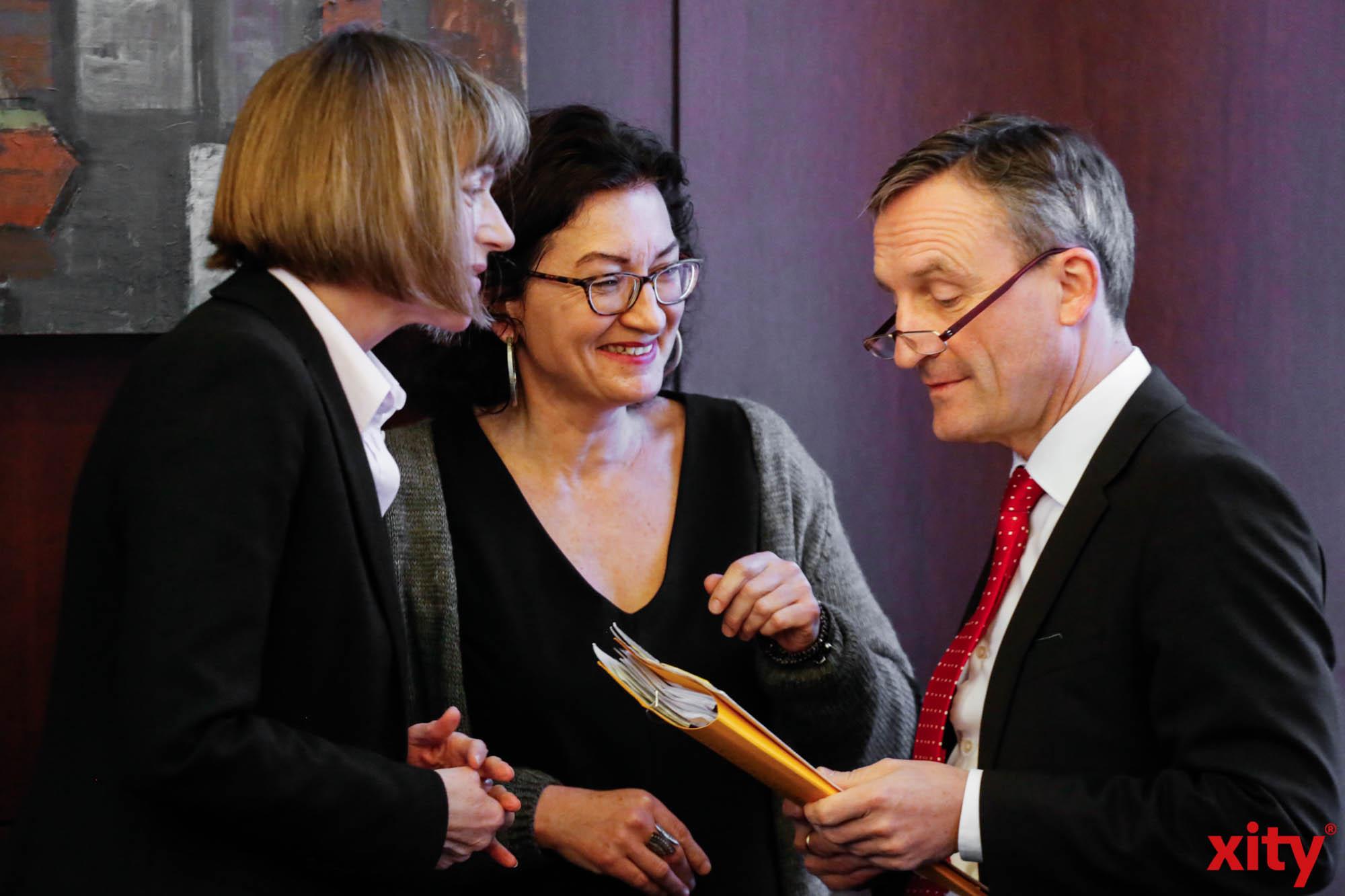 (v.l.) Kämmerin Dorothée Schneider, Flüchtlingsbeauftragte Miriam Koch und OB Thomas Geisel (Foto: xity)