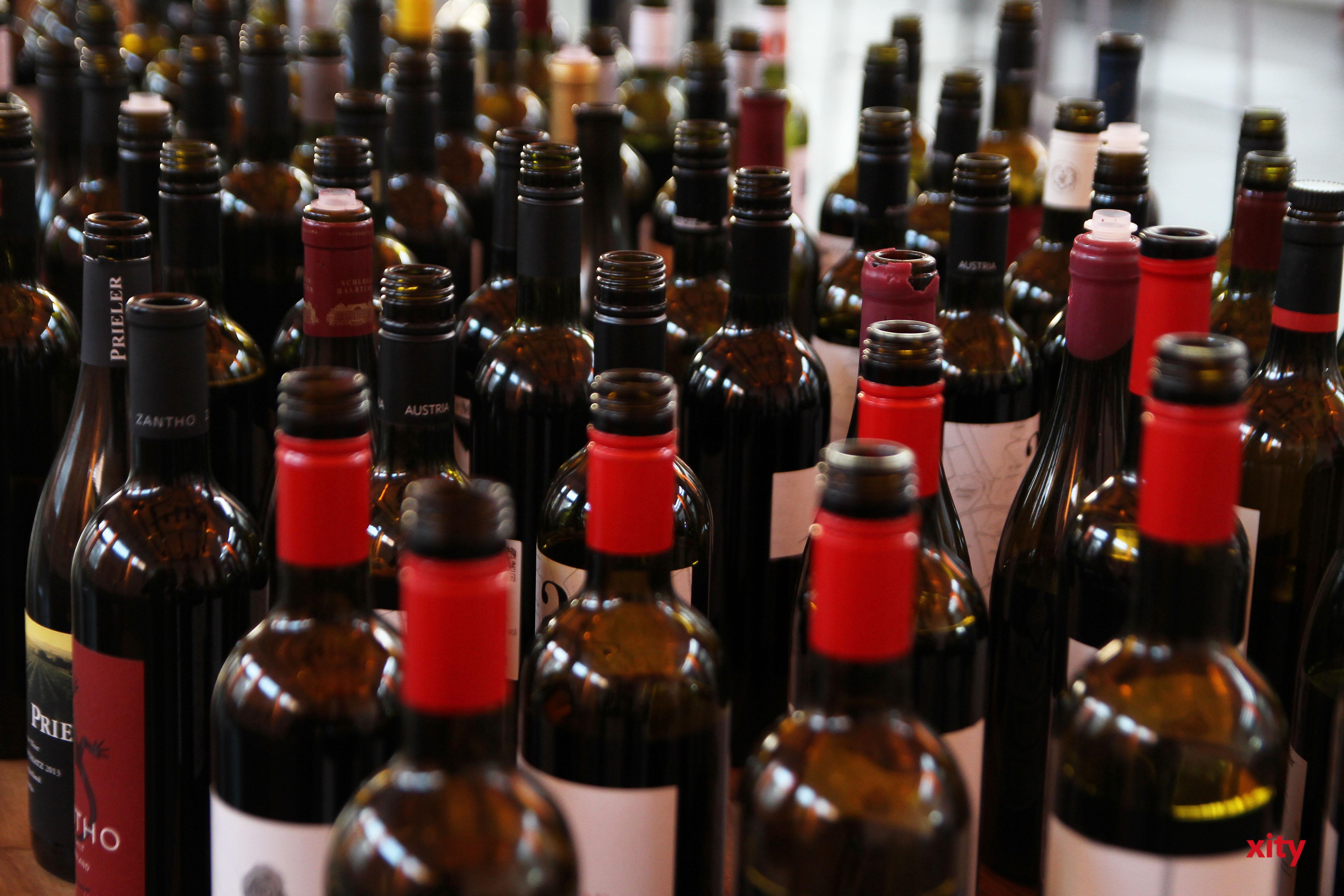 Zahllose Weine standen für die Verkostung bereit (Foto: xity)