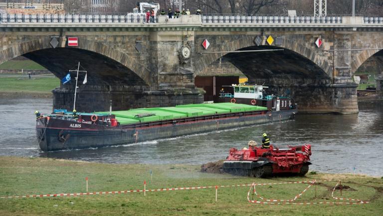 Havariertes Güterschiff in Dresden nach einer Woche frei (© 2016 AFP)