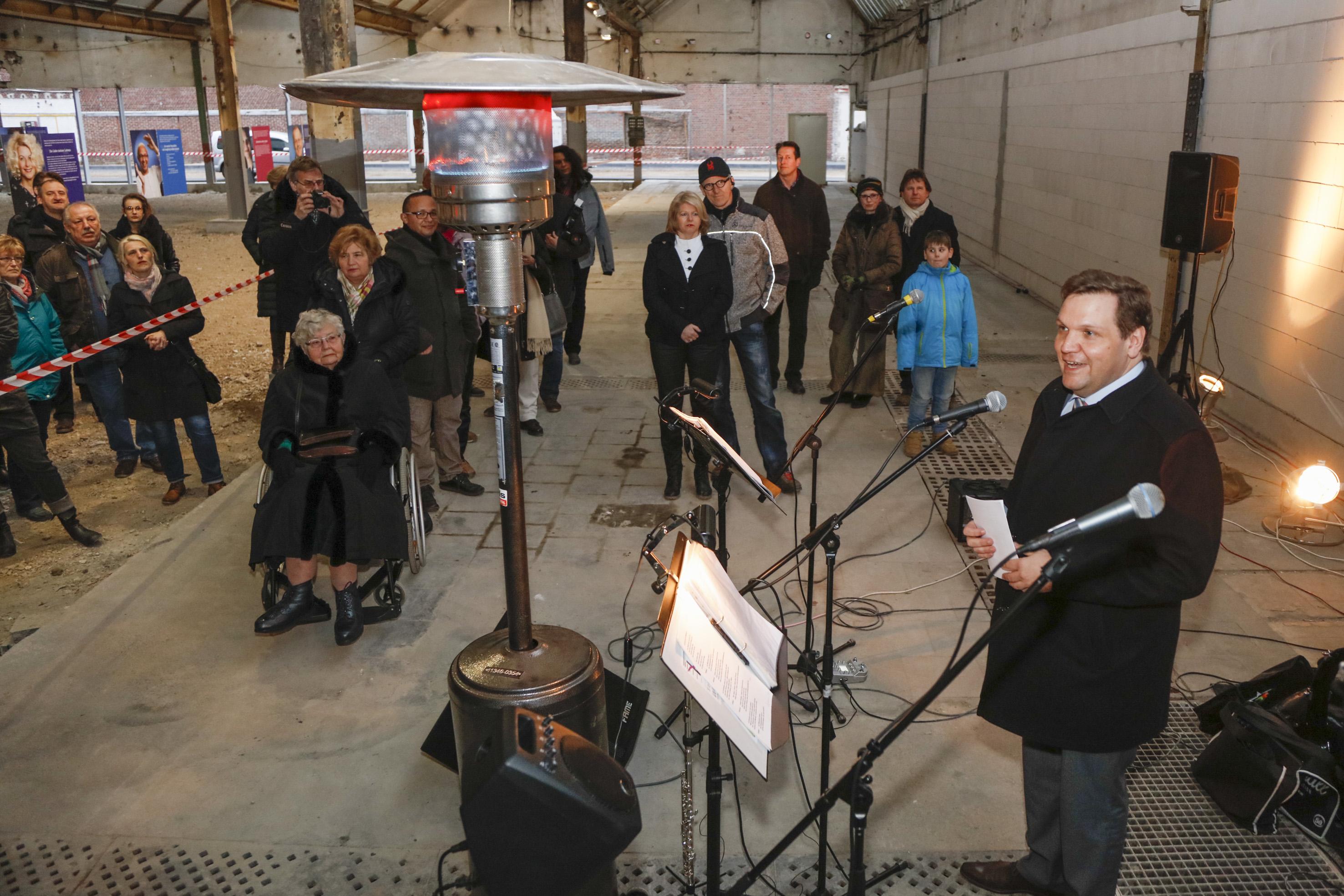 """Oberbürgermeister Frank Meyer hat im Mies-van-der-Rohe-Businesspark die Ausstellung  """"Glück in Krefeld"""" eröffnet (Foto: Stadt Krefeld, Andreas Willems)"""