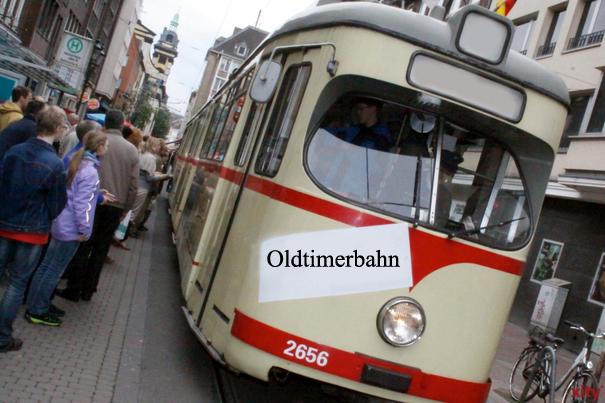 Die Oldiebahn von 1950 nimmt große und kleine Gäste mit auf eine Tour durch die Innenstadt (Foto: xity)