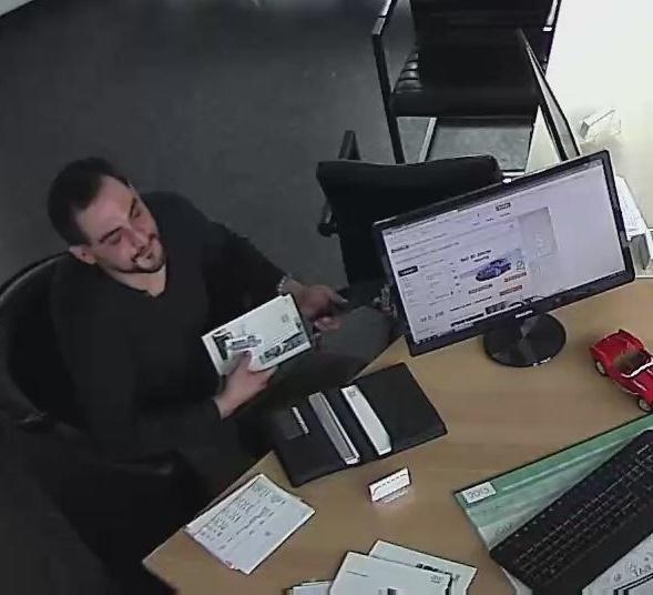 Polizei sucht Verdächtigen mit Foto aus Überwachungskamera (Foto: Polizei Düsseldorf)