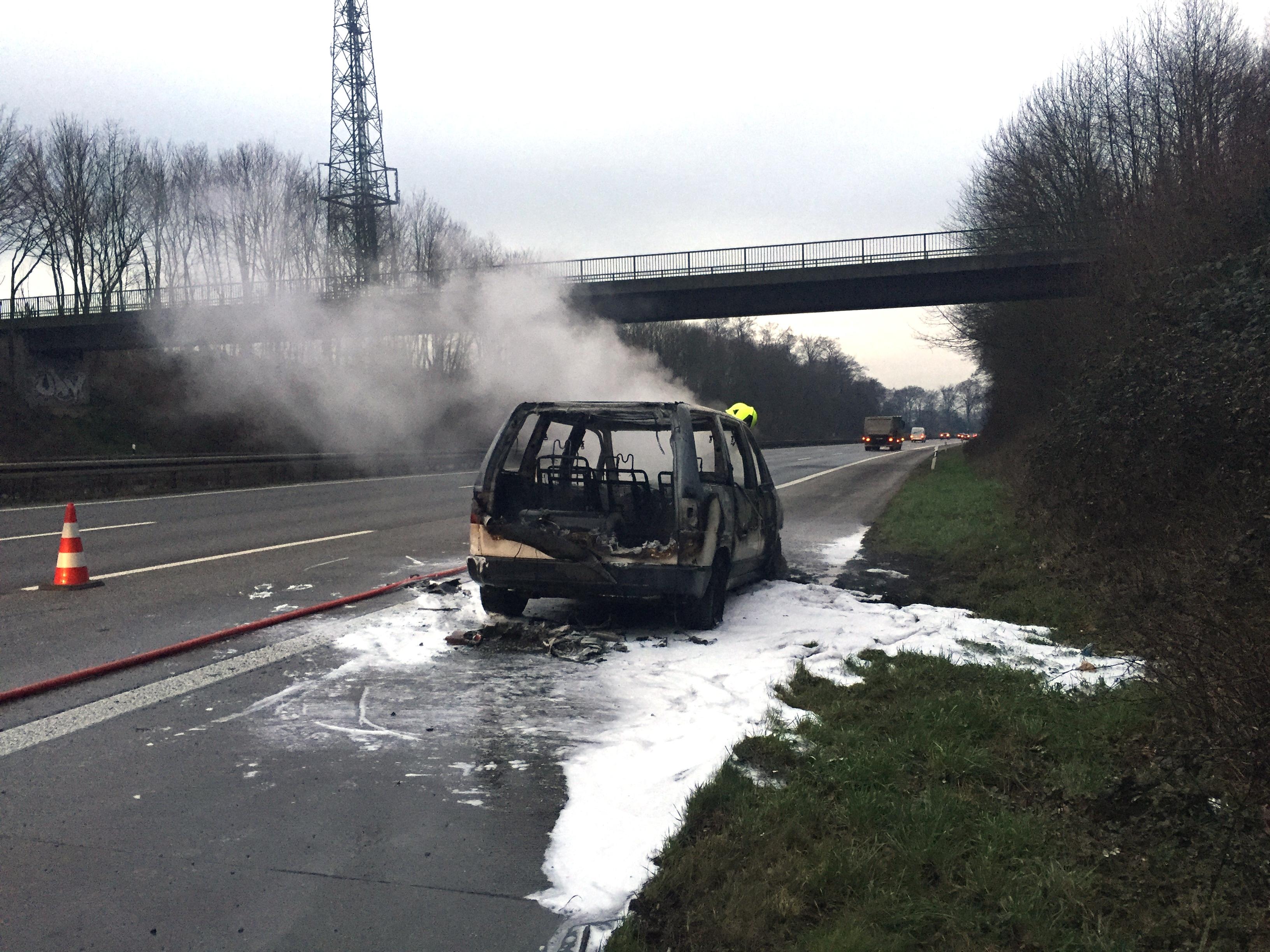 Gasbetriebenes Fahrzeug im Vollbrand (Foto: Feuerwehr Ratingen)