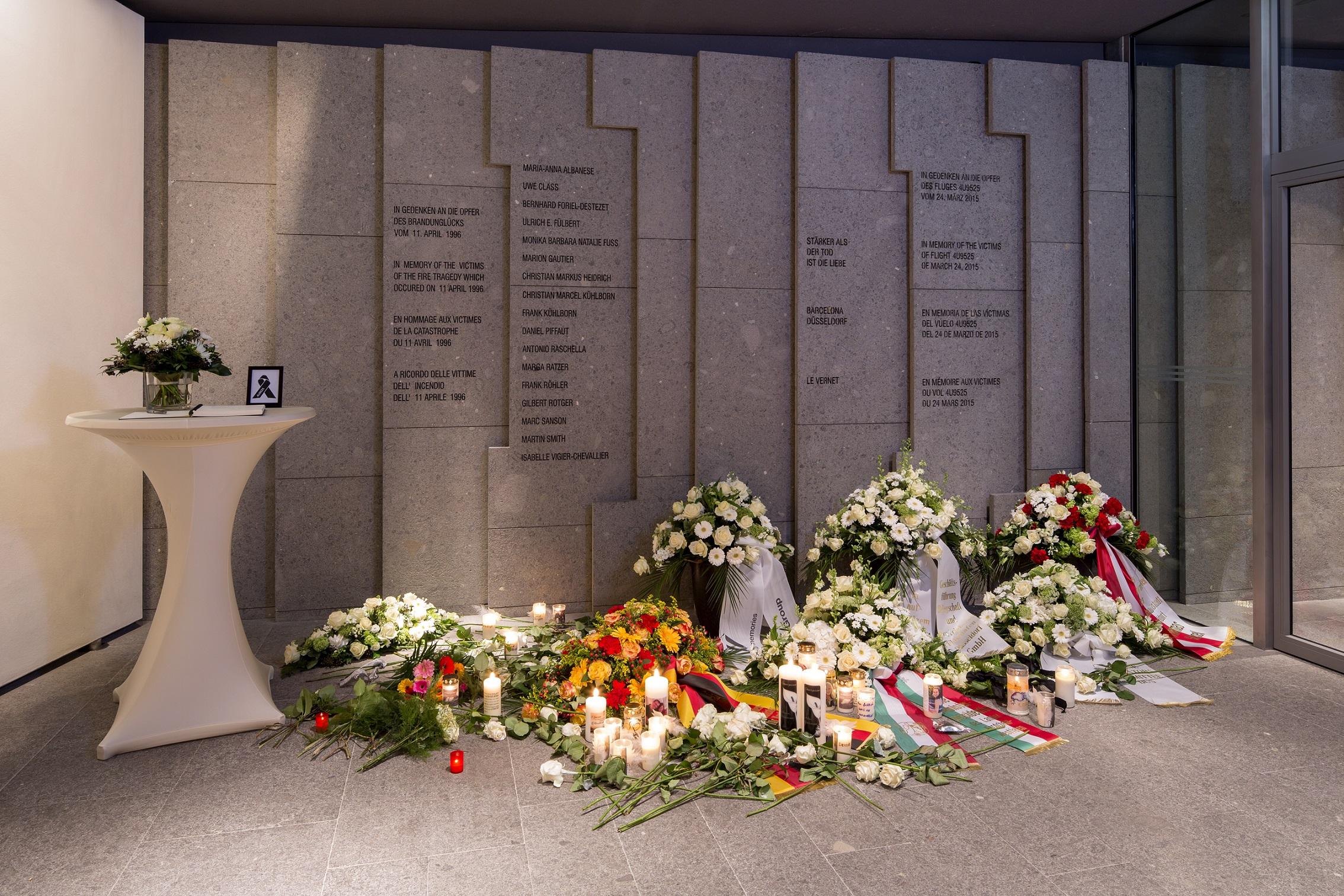 Düsseldorf Airport weiht Gedenkinschrift für die Opfer des Germanwings-Unglücks ein (Foto: Düsseldorf Airport)