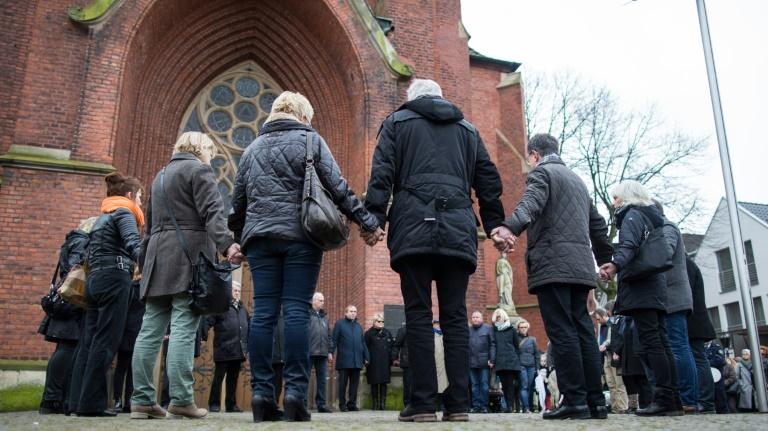 Merkel sichert Hinterbliebenen nach Germanwings-Absturz Solidarität zu (© 2016 AFP)